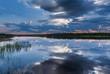 nubi riflesse sul lago in finlandia d'estate