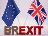 Schrift Brexit mit EU und UK Flagge mit weißem Hintergrund  - 247625157