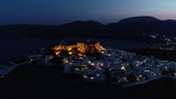 Villaggio con il castello della Chora di Astipalea visto dal drone di sera
