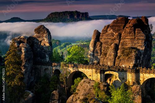 Leinwanddruck Bild Basteibruecke bei Rathen, Nebel, Blick auf den Lilienstein,  Nationalpark Saechsische Schweiz, Elbsandsteingebirge, Sachsen, Deutschland