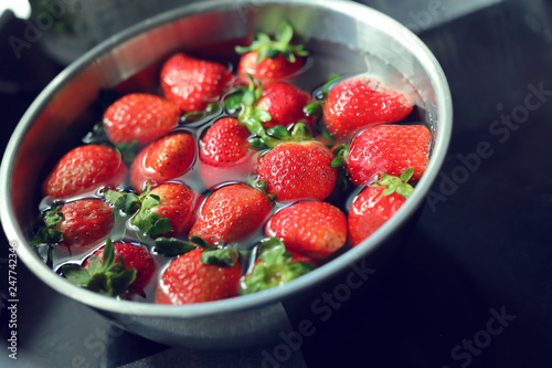 Foto Murales strawberry red fruit cleaning water