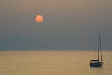 puesta de sol en el mar con velero 4M0A9808-A19