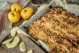 Ciasto drożdżowe z kruszonką z jabłkami - 247863537