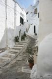 Ostuni vicolo in salita con scale laterali