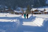 Wintersportler zu Fuss auf dem Heimweg, Kandersteg, Berneroberland, Schweiz