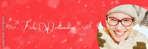 Frau mit Karte zu Weihnachten und Schnee