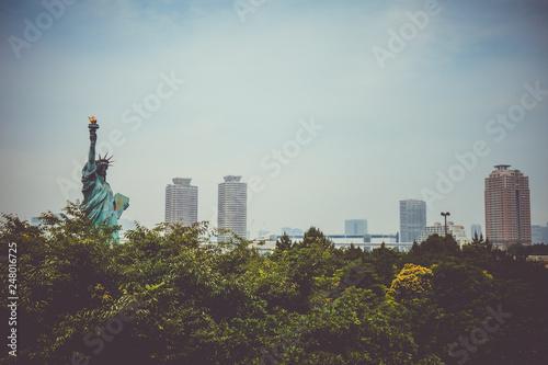 fototapeta na ścianę Statue of liberty and tokyo cityscape, Japan
