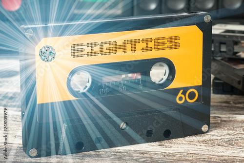 Ein Kassetenrecorder und eine Kassette mit der Musik der achtziger Jahre - 248109979