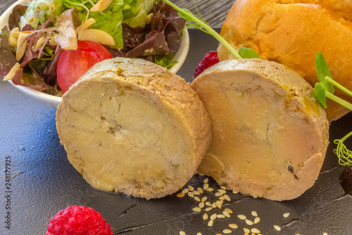 Leinwandbild Motiv Foie gras, brioche et salade