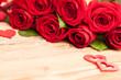 Rote Rosen Blumenstrauß mit Herzen auf Holz Tisch