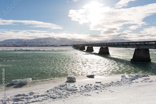 Brücke führt über einen Fluss in Island