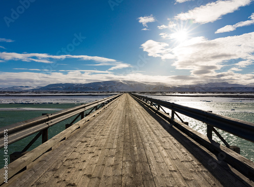 Leinwanddruck Bild Lange Holzbrücke in Island