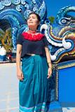Femme Thaïe devant le temple bleu Chaing rai