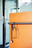 Stethoskop blau Wand orange Türe Glas - 248343146