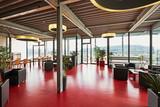 Restaurant modern mit TIsch und Sessel und Glasfront - 248345753