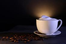 """Постер, картина, фотообои """"Tasse mit Kaffee mit Milchschaum und Kaffeebohnen als Dekoration"""""""