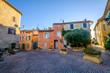 Façades des maisons colorés, fenêtres avec des volets en bois, village Ventabren. Provence, France.