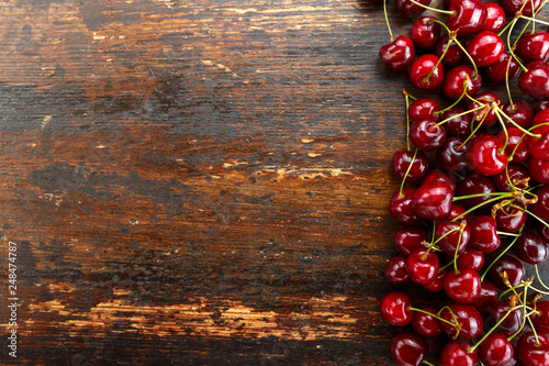 Leinwanddruck Bild sweet cherries on wooden background
