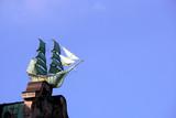 Segelschiffe verzieren die Schmuckgiebel des Globushof - 248475111
