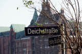Strassenschild Deichstrasse, im Hintergrund die Speicherstadt - 248475195