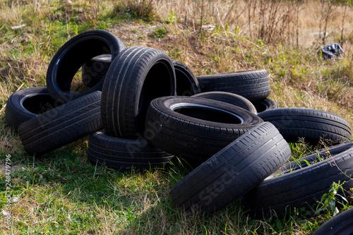 Neumáticos viejos tirados