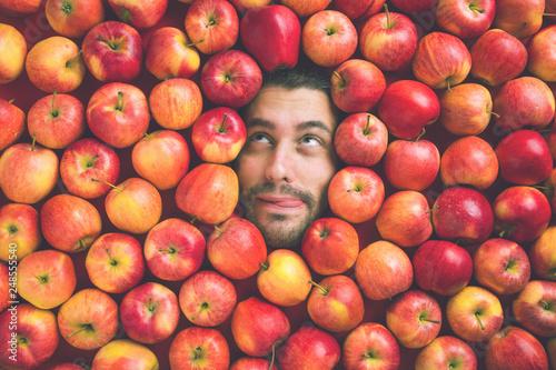 Foto Murales Mann mit Äpfeln , Konzept für Lebensmittelindustrie. Gesicht von lachenden mann  in Apfel Fläche.