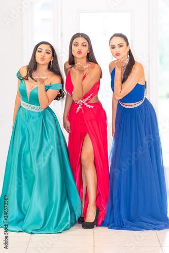 fototapeta na ścianę 3 Teens Going To Prom