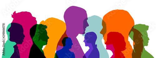 Leinwandbild Motiv Gruppe Leute mit bunten Köpfen als Team