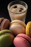 Macarons su sfondo nero