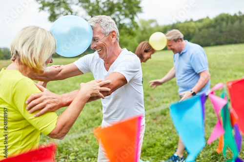 Foto Murales Senioren feiern eine Geburtstagsparty