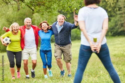 Leinwanddruck Bild Senioren als erfolgreiches Gewinner Team