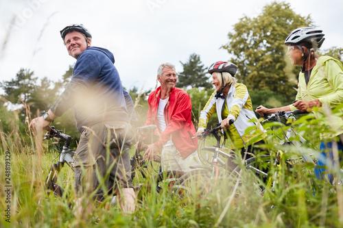 Leinwanddruck Bild Gruppe Senioren auf einer Radwanderung