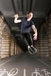 Jeune homme danse et saut pont de Bercy Paris