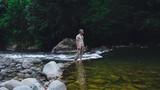 un uomo osserva la natura uomo vicino al fiume - 248861517