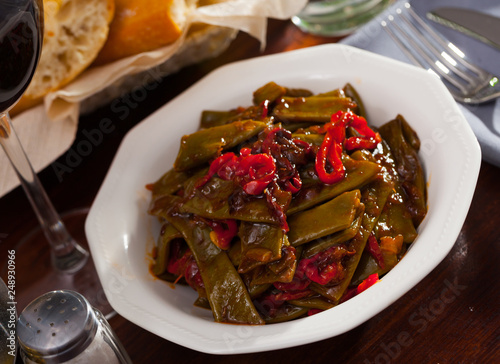 Stewed green beans with pepper