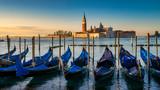 Lagune von Venedig, Gondeln im Vordergrund, San Giorgio Maggiore-Kirche im Hintergrund