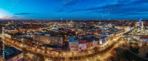 Leinwandbild Motiv Panorama von Hannovers Innenstadt an einem Abend im Herbst mit blauen Himmel