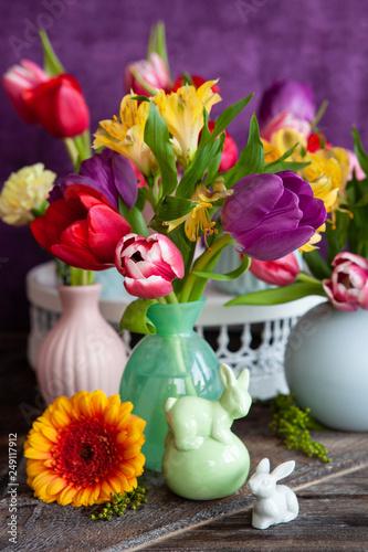 Leinwanddruck Bild Bunte Fruehlingsblumen in kleinen Vasen