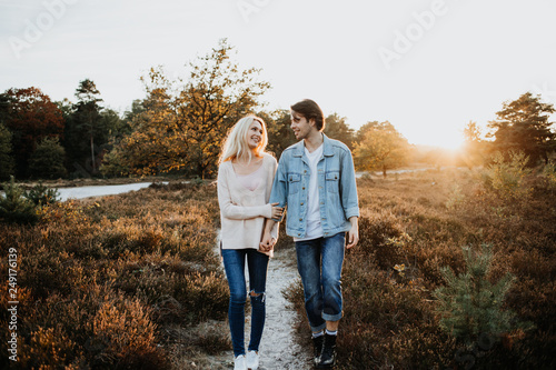 canvas print picture Junges Paar spaziert durch die Natur