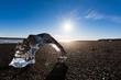 Gletschereis mit Sonne am Vulkanstrand