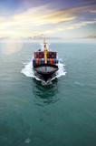 magnifique vue aérienne d'un cargo en pleine mer