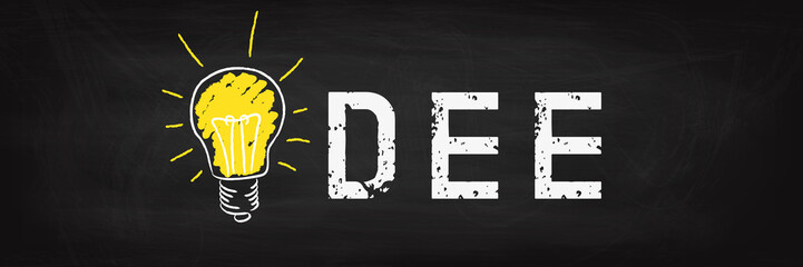 Idee - Glühbirne auf schwarzer Kreidetafel - Innovation Idee Konzept Banner Panorama