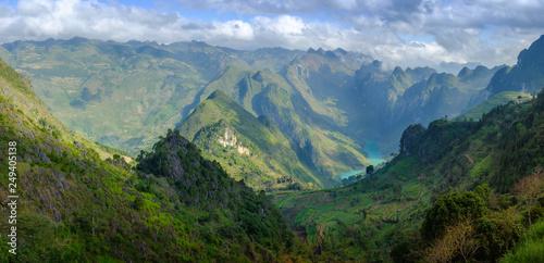 Vue du col Ma Pi Leng sur les montagnes calcaires et la rivière, province de Ha giang, Vietnam.