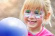 Leinwanddruck Bild - Kinderschminken beim Kinderkarneval auf einem Freizeitpark mit einem Luftballon