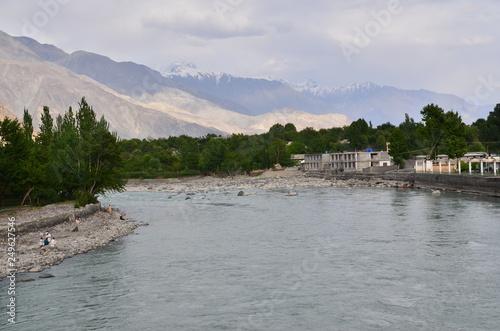 パキスタン ギルギットの街並み 美しい山とギルギット川 © koujim30