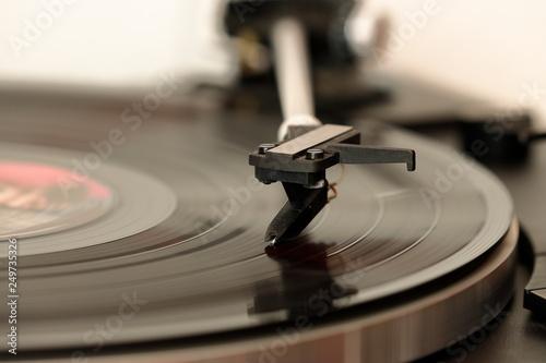 Plattenspieler mit Langspielplatte für Musik  - 249735326