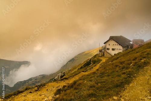 Baita e nebbia