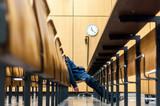 Schule, universität, sitzen, student, lernen, bildung, uhr, hörsaal, konzentration, müde, erschöpfung, allein,