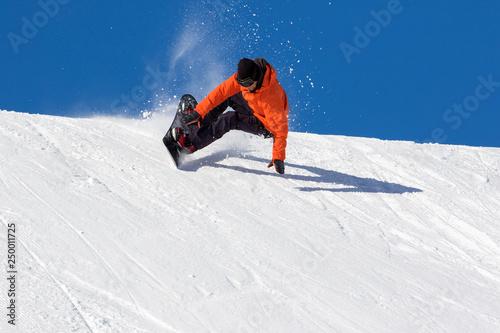 fototapeta na ścianę vacanze invernali sulla neve - snowboarder