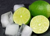 Limetten mit Eis aufgeschnitten